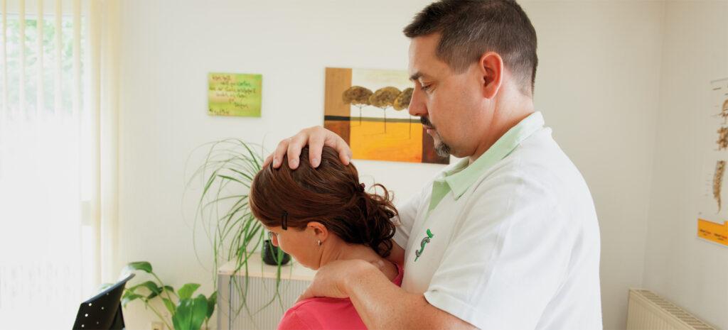 Sven Thielemann behandelt eine Patientin